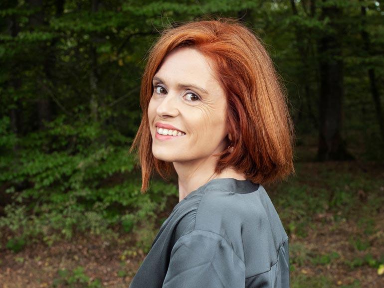 Nathalie Federmeyer von der Seite aufgenommen