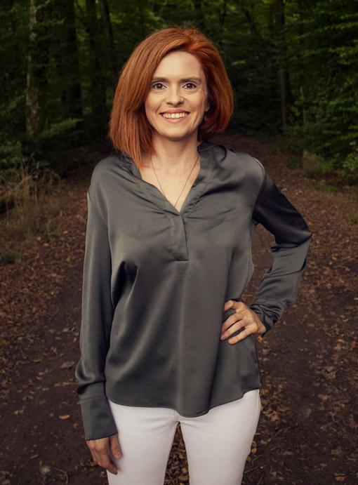 Nathalie Federmeyer stehend im Wald